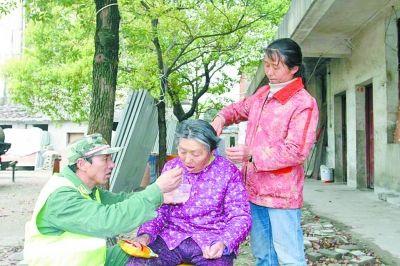 农民工背瘫痪母亲进城打工住小屋三年未添新衣