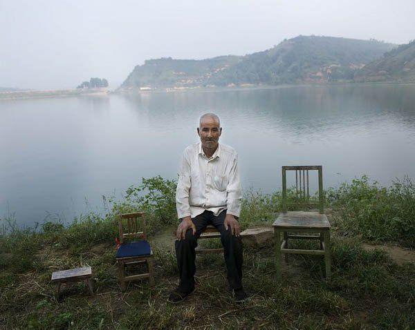 陕西省白水县林皋镇,66岁的焦栓成坐在家附近的湖边(8月27日摄).