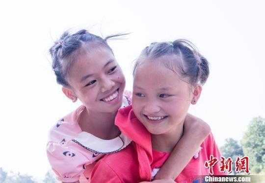 湖南新邵13岁女孩放弃城区念书机会 4年背同学上学