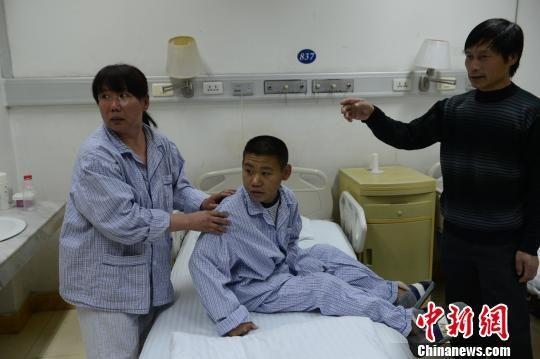 姐弟同患尿毒症 父母分别割肾救子女