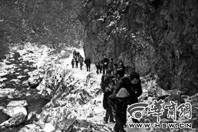 陕西22名孩子每天上学爬山过河 走1.5小时